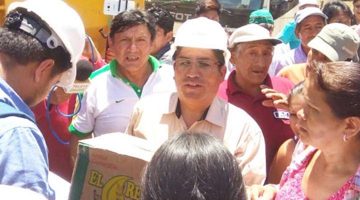 Gobernador Patzi reaparece en Caranavi con víveres y pide disculpas