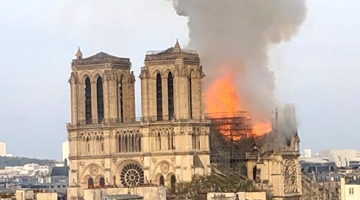 Notre Dame: un gran incendio en la catedral de París provoca la caída de una de sus emblemáticas torres