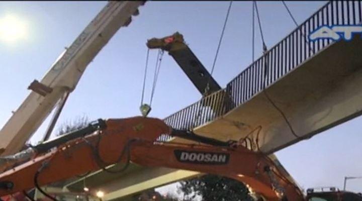 Cierran carril de bajada en la Autopista, un camión destrozó una pasarela peatonal