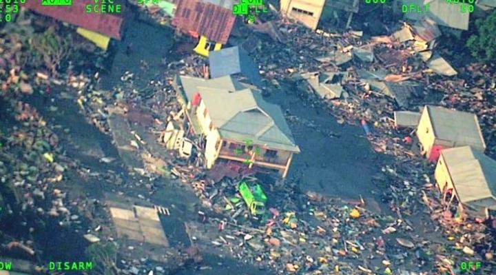 Tragedia: Sube a 830 la cifra de muertos por terremoto en Indonesia y se preparan entierros en fosas comunes