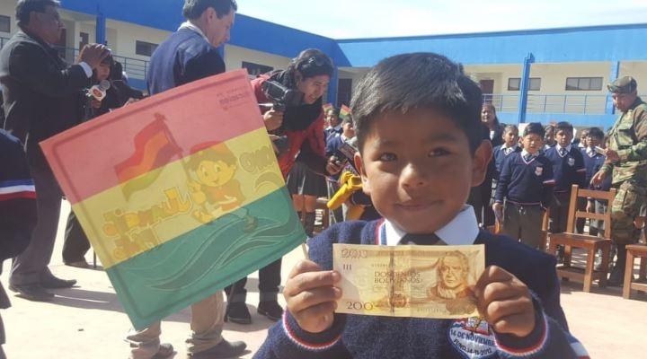 Empezó el pago del Bono Juancito Pinto a 2,2 millones de estudiantes en 14.800 colegios