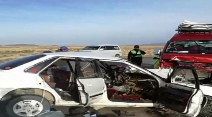 Reportan dos fallecidos y cuatro heridos tras colisión de minibús y un taxi en Oruro