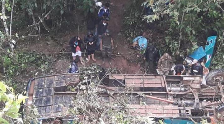 Al menos 6 personas mueren y otras 18 quedaron heridas tras embarrancamiento de bus