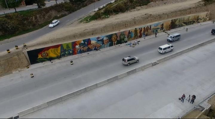 La autopista La Paz-El Alto luce renovada con nuevas mallas, murales y pasarelas