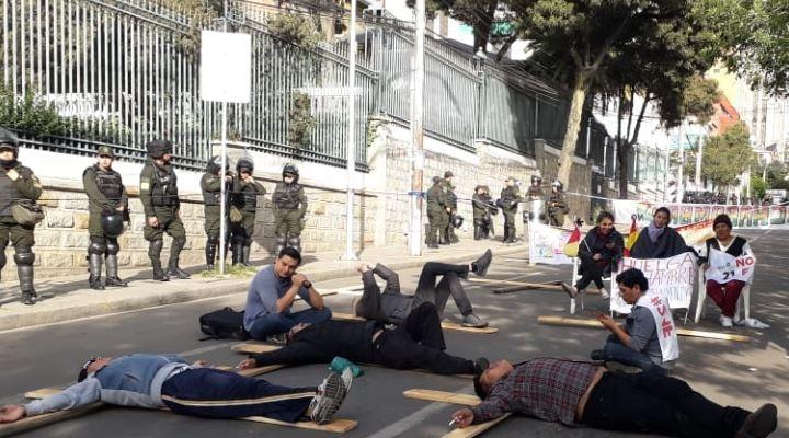Acatan paro cívico con bloqueo de calles