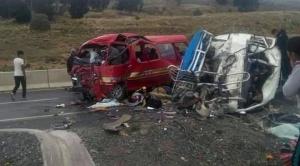 Al menos 16 personas fallecieron tras choque de dos minibuses en camino a Achacachi 1