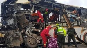 Al menos 22 personas fallecieron tras choque frontal de buses en carretera Oruro Potosí