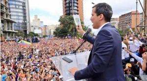 """Juan Guaidó jura como """"presidente encargado"""" de Venezuela y es reconocido por EEUU y la OEA"""