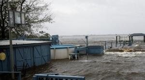 Florence llega a la costa este de EEUU, causa inundaciones y cortes de energía eléctrica