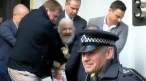 Policía británica detiene a Assange en Londres y existe riesgo de que sea extraditado a EEUU