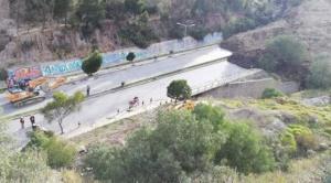 Miles de toneladas de roca y tierra del deslizamiento afectaron la avenida Kantutani