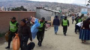 """Damnificados recuperan sus enseres entre los escombros en zona declarada """"situación de desastre"""""""