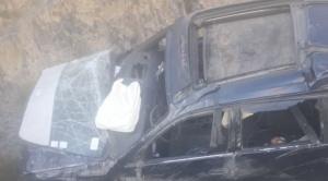 Colisión de cisterna y vagoneta deja un muerto en la carretera La Paz Yungas
