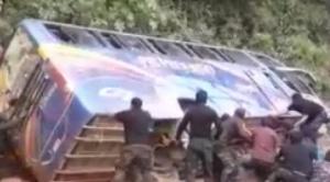 Bus que transportaba policías sufre vuelco de costado, uniformados lo enderezan y continuó hacia Mapiri