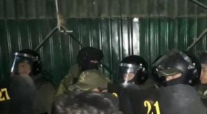 Policía interviene Adepcoca por la fuerza y denuncian que se llevaron dinero y computadoras