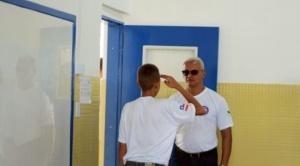 Saludo militar, inspecciones de pelo y tutoría de la policía: cómo es la rutina en una escuela con reglas y disciplina militares