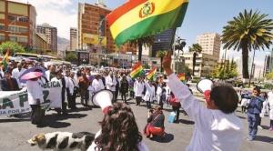 """Médicos mantienen paro indefinido y ministra de salud acusa al sector de """"violencia"""" en sus protestas"""