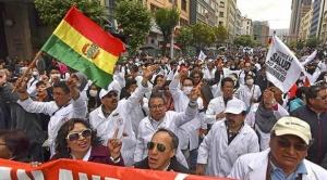 """COB plantea que médicos trabajen ocho horas y galenos los califican de """"defensores de masistas"""""""