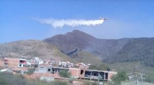 El Supertanker realizó dos descargas en Tarija, donde se lucha contra el fuego que acecha a la ciudad