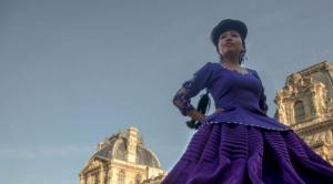Chola paceña desfila en un salón andino recreado en Francia