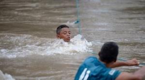"""Caravana de migrantes: """"Compremos una soga y nos tiramos del puente"""", la desesperación quienes arriesgan la vida en la frontera entre El Salvador y Honduras"""