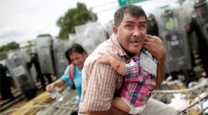 Caravana de migrantes: las horas de angustia y caos vividos en un puente en la frontera entre Guatemala y México