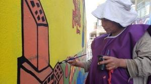 Mujeres constructoras pintan murales en demanda de igualdad de derechos laborales