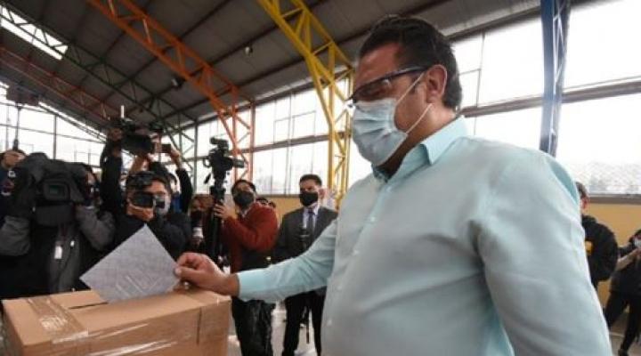 """Revilla expresa su preocupación por las filas """"interminables"""" en recintos electorales"""