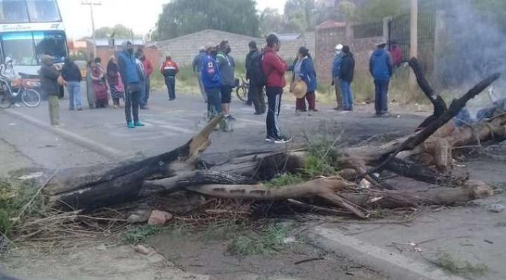 Tupiza: protesta de padres de familia bloquea carretera por la que debe pasar Evo Morales