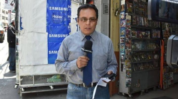Periodista Juan Flores requiere mantenerse conectado a una sonda para estar con vida