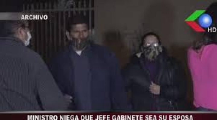 """Ministro Cáceres dice que se """"equivocó"""" al decir que su jefa de gabinete era su esposa"""