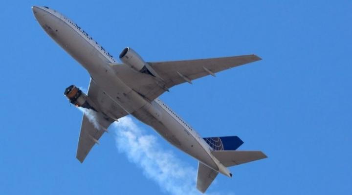 """Boeing 777: EEUU pide una """"revisión de emergencia"""" del modelo luego de que un avión perdiera parte del motor en pleno vuelo"""
