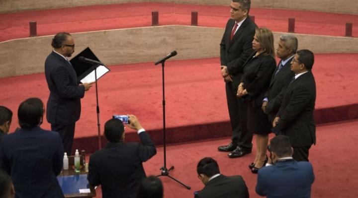 El Salvador: la nuevo Legislativo controlado por presidente Bukele destituye a jueces de la Suprema y al fiscal general