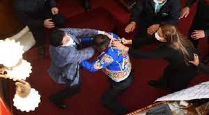 Tras pelea, Creemos informa que Añez tiene 3 días de impedimento; el MAS dice que Colque fue internado