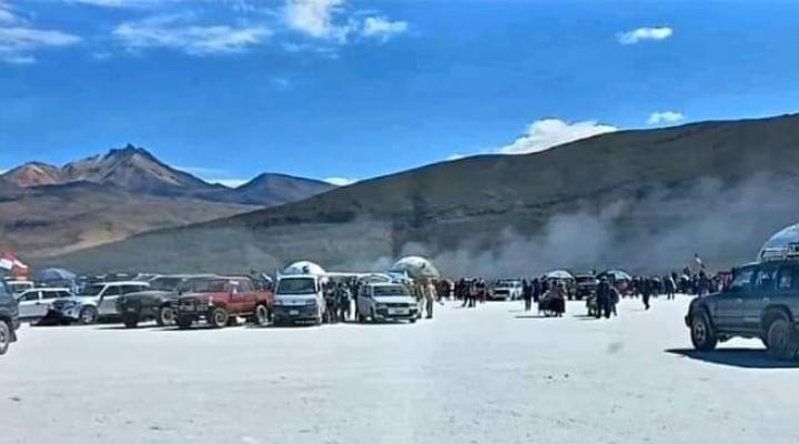 Enfrentamiento entre potosinos y orureños en el Salar Uyuni dejan tres domos de un hotel quemados
