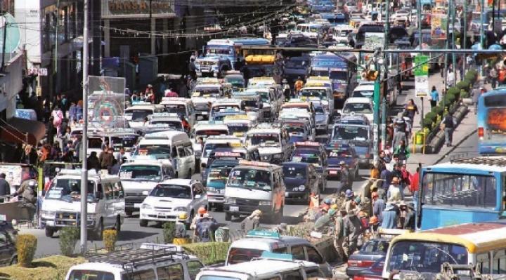 Aumento del parque automotor y falta de mantemiento de autos contaminan el aire de La Paz