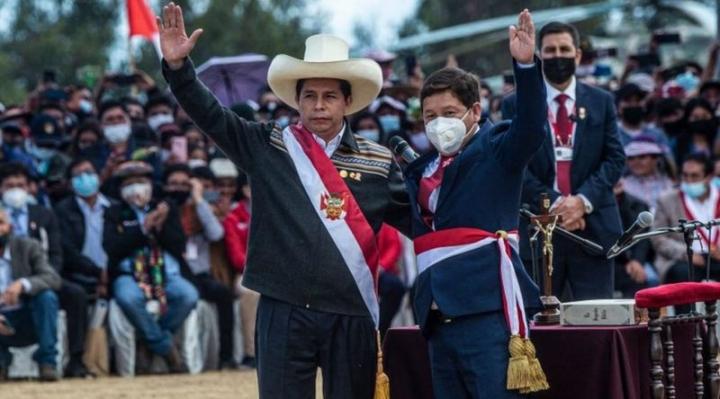 """Quién es Guido Bellido, el controvertido nuevo primer ministro de Perú investigado por """"apología del terrorismo"""""""