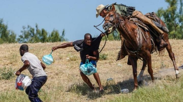 Las imágenes de agentes fronterizos a caballo persiguiendo a migrantes en EEUU que generaron polémica
