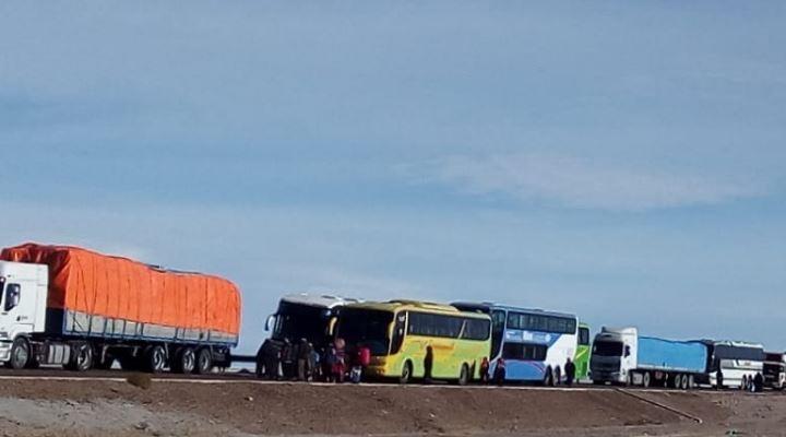 Bloquean carretera Oruro Potosí por avasallamiento de transportistas