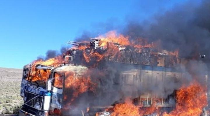 30 camiones con contrabando rompen control militar y al menos 5 de ellos fueron quemados