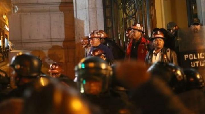 Mineros de San Cristóbal retornan a su fuente de trabajo luego de lograr acuerdo