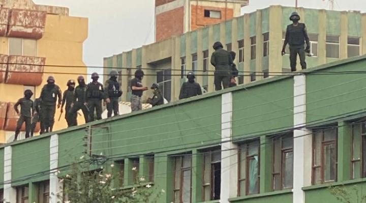 """Motín policial se extiende a siete ciudades y el Gobierno dice que """"no habrá ninguna operación militar"""""""