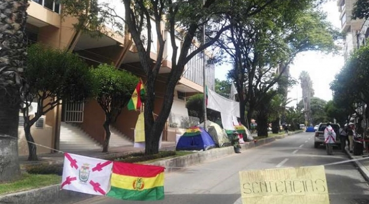 Sucre: Activistas y cívicos bloquean inmediaciones del TCP, exigen fallo sobre reelección y ampliación de mandato