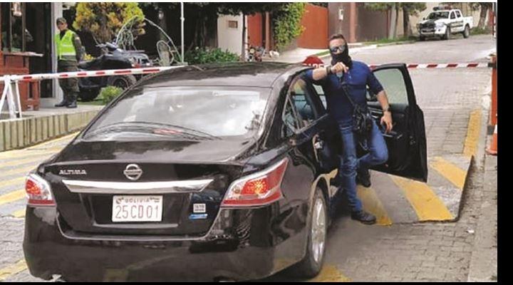 España avala accionar de encapuchados pero acusa a Bolivia de hostigamiento