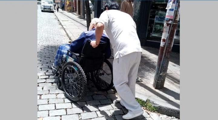 Transporte en silla de ruedas en La Paz, tarea casi imposible
