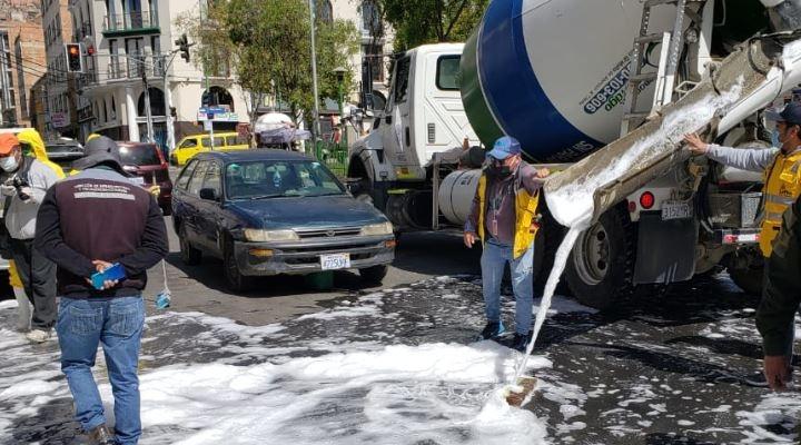 Soboce y Unilever desinfectan las calles de la ciudad de La Paz