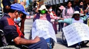 Personas con discapacidad se crucifican en demanda de un bono de 1.000 bolivianos en Cochabamba