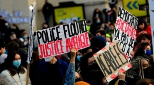 Gobierno francés revisará polémica ley tras masivas manifestaciones