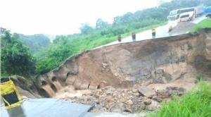 El agua se lleva parte de la carretera en Buenavista, en la vía Cochabamba - Santa Cruz