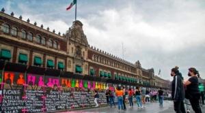 Día de la Mujer: El polémico muro que el gobierno de México instaló para el 8 de marzo y que las mujeres llenaron de nombres de víctimas de feminicidios